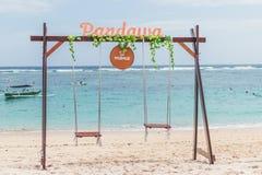 巴厘岛,印度尼西亚- 2017年10月8日:在海滩的偏僻的摇摆在Pandawa海滩,巴厘岛,印度尼西亚 免版税库存图片