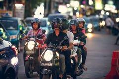巴厘岛,印度尼西亚- 2017年10月12日:在Legian街道,库塔,巴厘岛,印度尼西亚上的滑行车 摩托车交通 免版税库存照片