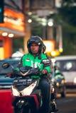 巴厘岛,印度尼西亚- 2017年10月12日:在Legian街道,库塔,巴厘岛,印度尼西亚上的滑行车 摩托车交通 免版税图库摄影