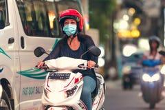 巴厘岛,印度尼西亚- 2017年10月12日:在Legian街道,库塔,巴厘岛,印度尼西亚上的滑行车 摩托车交通 库存照片