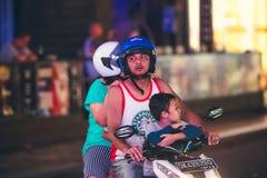 巴厘岛,印度尼西亚- 2017年10月12日:在Legian街道,库塔,巴厘岛,印度尼西亚上的滑行车 摩托车交通 图库摄影