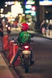 巴厘岛,印度尼西亚- 2017年10月12日:在Legian街道,库塔,巴厘岛,印度尼西亚上的滑行车 摩托车交通 免版税库存图片
