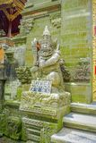 巴厘岛,印度尼西亚- 2017年4月05日:在Ubud寺庙的美丽的石雕象在巴厘岛 免版税图库摄影