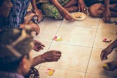 巴厘岛,印度尼西亚- 2018年4月13日:小组巴厘语人纸牌坐地板 巴厘岛 免版税库存照片