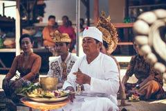 巴厘岛,印度尼西亚- 2018年4月13日:巴厘语婚礼的人们 传统婚礼 免版税图库摄影
