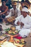 巴厘岛,印度尼西亚- 2018年4月13日:巴厘语婚礼的人们 传统婚礼 库存照片