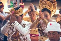 巴厘岛,印度尼西亚- 2018年4月13日:巴厘语婚礼的人们 传统婚礼 免版税库存图片