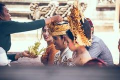 巴厘岛,印度尼西亚- 2018年4月13日:巴厘语婚礼的人们 传统婚礼 库存图片