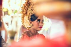 巴厘岛,印度尼西亚- 2018年4月13日:巴厘语婚礼的新婚佳偶 传统婚礼 免版税图库摄影
