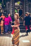 巴厘岛,印度尼西亚- 2018年4月13日:巴厘语婚礼的欧洲妇女 传统婚礼 免版税库存照片