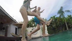巴厘岛,印度尼西亚- 2017年11月8日:年轻可爱的夫妇跃迁到水池里 热带别墅党在夏天 假期 影视素材