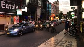 巴厘岛,印度尼西亚- 2017年10月12日:时间间隔观点的交通和人在Legian街道上,库塔,巴厘岛 股票视频