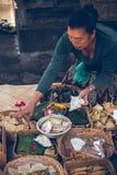 巴厘岛,印度尼西亚- 2018年4月13日:有巴厘语奉献物的妇女对神 库存图片