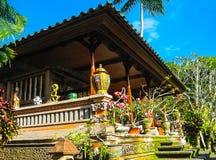 巴厘岛,印度尼西亚- 2012年4月11日:木家具,绘画,在丹那美拉手段的工作艺术看法  免版税库存图片