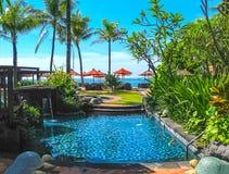 巴厘岛,印度尼西亚- 2012年4月14日:游泳池看法在圣里吉斯手段的 免版税库存图片