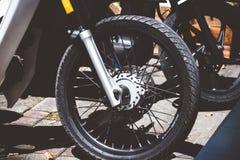 巴厘岛,印度尼西亚- 2018年4月11日:滑行车脚踏车轮胎特写镜头 摩托车轮子 免版税库存照片