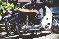巴厘岛,印度尼西亚- 2018年4月11日:滑行车脚踏车轮胎特写镜头 摩托车轮子 免版税库存图片