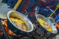 巴厘岛,印度尼西亚- 2017年3月08日:烹调在煎锅薄煎饼的面团在Manmandir在被弄脏的背景中 库存照片