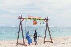 巴厘岛,印度尼西亚- 2017年10月8日:Pandawa的印度尼西亚妇女靠岸,巴厘岛 免版税图库摄影