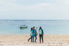 巴厘岛,印度尼西亚- 2017年10月8日:Pandawa的印度尼西亚妇女靠岸,巴厘岛 库存照片
