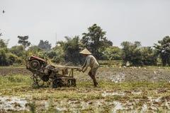 巴厘岛/印度尼西亚- 03 05 2018年:人犁与大的领域马达块 免版税图库摄影