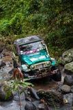 巴厘岛 印度尼西亚- 3月7日, 2013 SUV在热带密林 免版税图库摄影
