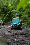 巴厘岛 印度尼西亚- 3月7日, 2013 SUV在热带密林 库存图片