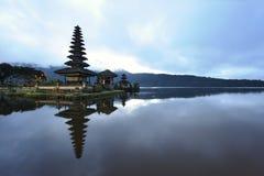 巴厘岛bratan湖 免版税库存图片