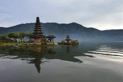 巴厘岛bratan湖 图库摄影