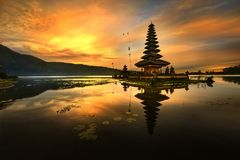 巴厘岛bratan湖 库存图片