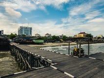 巴厘巴板街道摄影 从渔夫码头的城市 免版税库存图片