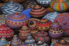 巴厘语串珠的篮子待售在Ubud公开市场上 免版税库存照片