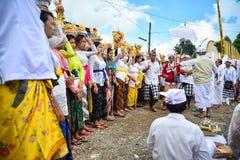巴厘语人在Pulasari ` s寺庙的` s仪式 库存照片