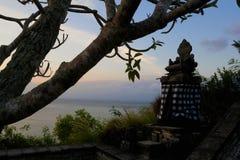 巴厘语在日落的家庭寺庙 免版税库存照片