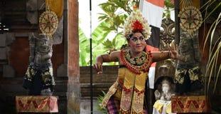巴厘语在阶段的舞蹈家跳舞 免版税图库摄影