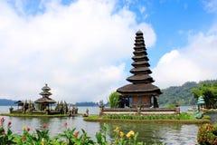 巴厘语在Bratan湖的水寺庙 免版税图库摄影