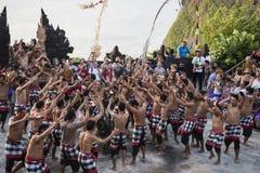 巴厘语在Uluwatu寺庙,巴厘岛,印度尼西亚的Kecak舞蹈 图库摄影