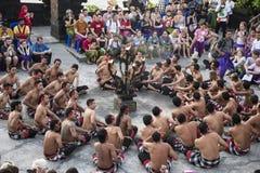 巴厘语在Uluwatu寺庙,巴厘岛,印度尼西亚的Kecak舞蹈 免版税库存照片