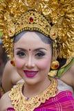 巴厘语女孩在街道仪式的一套全国服装穿戴了在Gianyar,海岛巴厘岛,印度尼西亚 免版税库存照片