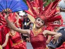 巴厘语女孩在街道仪式的一套全国服装穿戴了在Gianyar,海岛巴厘岛,印度尼西亚 库存照片