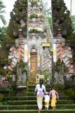 巴厘语妇女和孩子 库存照片