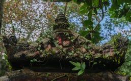 巴厘语有绿叶的寺庙屋顶 图库摄影