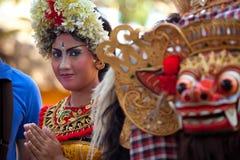 巴厘语barong舞蹈女孩摆在 免版税图库摄影