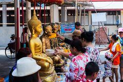 巴吞他尼府, WẠ¡ d makham/泰国2018年4月15日:人们是采取浴菩萨雕象 Songkran节日 免版税图库摄影