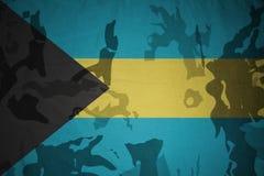 巴哈马的旗子卡其色的纹理的 装甲攻击机体关闭概念标志绿色m4a1军用步枪s射击了数据条工作室作战u 免版税库存图片