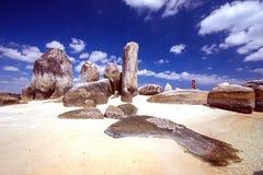 巴图Berlayar海岛多岩石的海滩 库存图片