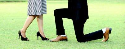 巴基斯坦印地安婚礼夫妇穿上鞋子特写镜头 图库摄影