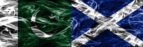 巴基斯坦对苏格兰肩并肩被安置的烟旗子 厚实的colo 库存照片