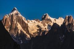 巴基斯坦迁徙Mt Trango日落的喀喇昆仑山脉K2 库存照片