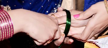 巴基斯坦&印地安婚礼新娘佩带的婚礼手镯, 免版税库存照片